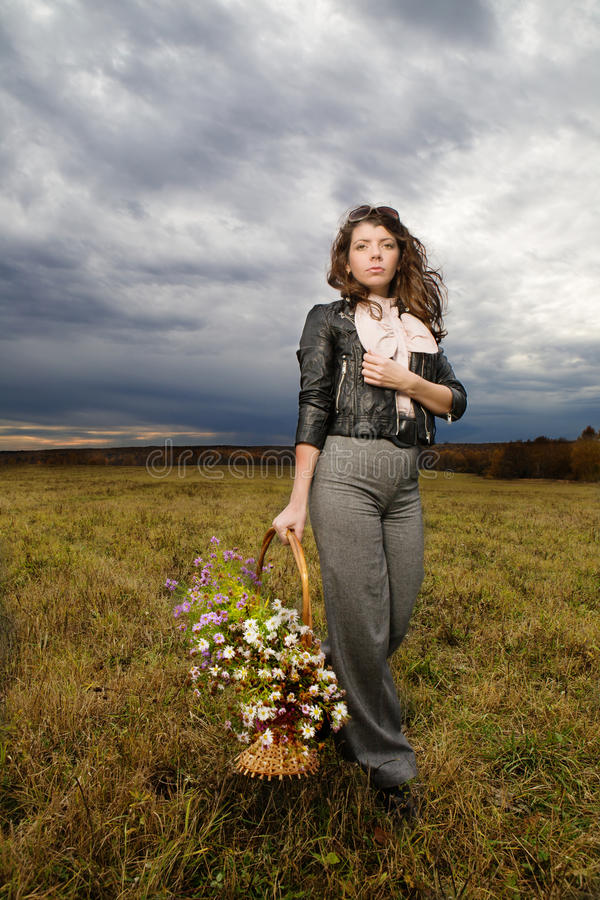 Frau am Herbstfeld lizenzfreies stockfoto
