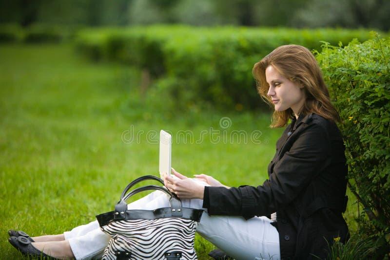 Frau am Herbstpark lizenzfreies stockbild