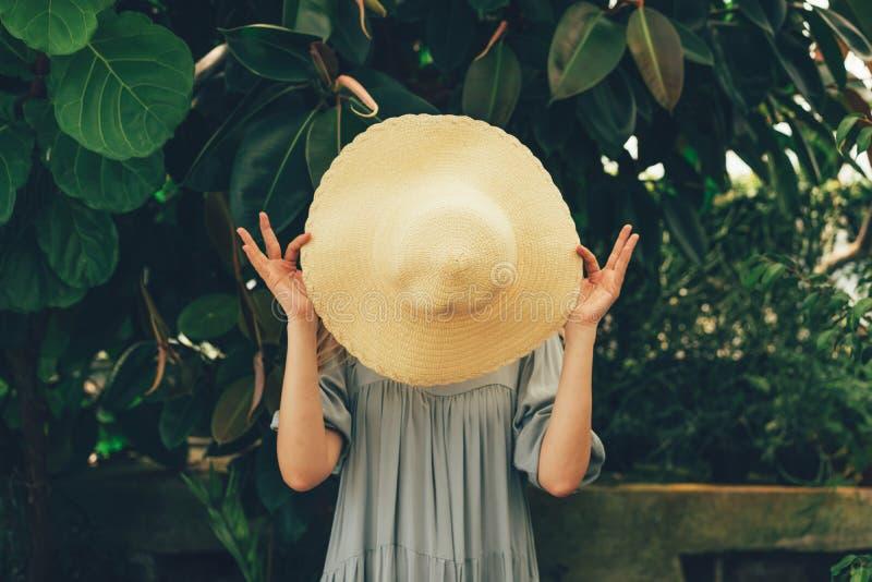 Frau hinter dem Hut in den Tropen lizenzfreies stockfoto
