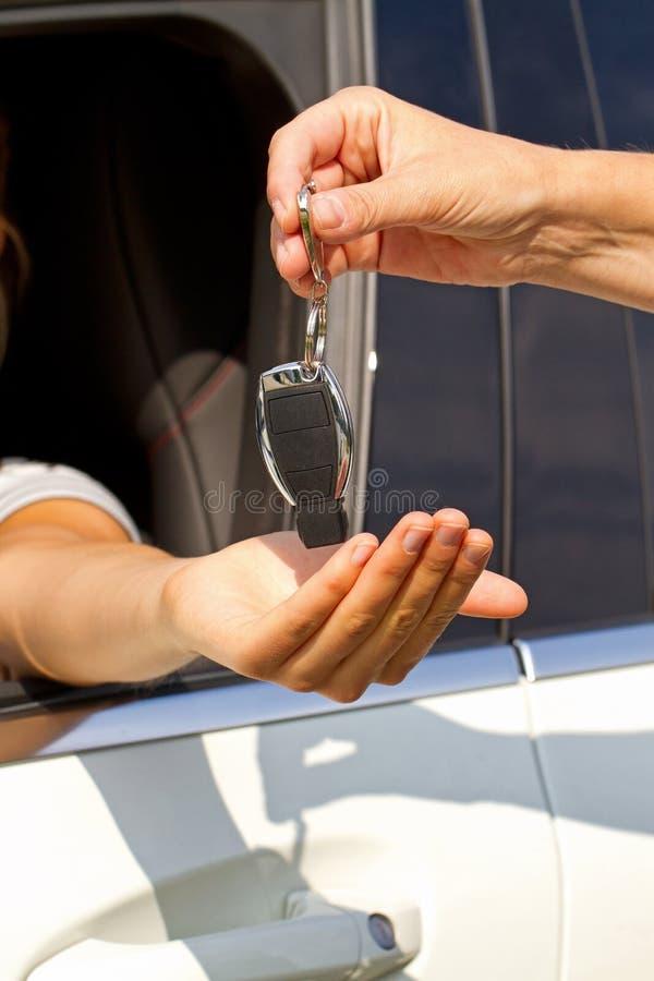 Frau in ihrem Neuwagen lizenzfreies stockbild