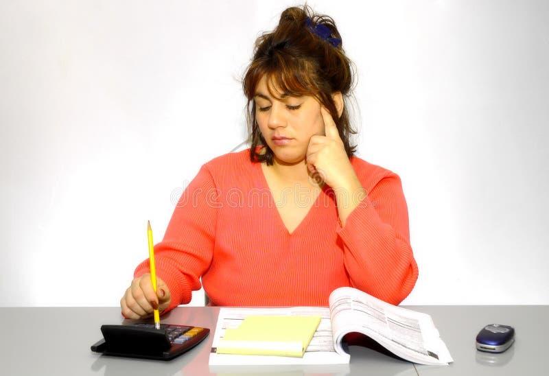 Frau an ihrem Schreibtisch lizenzfreie stockfotos