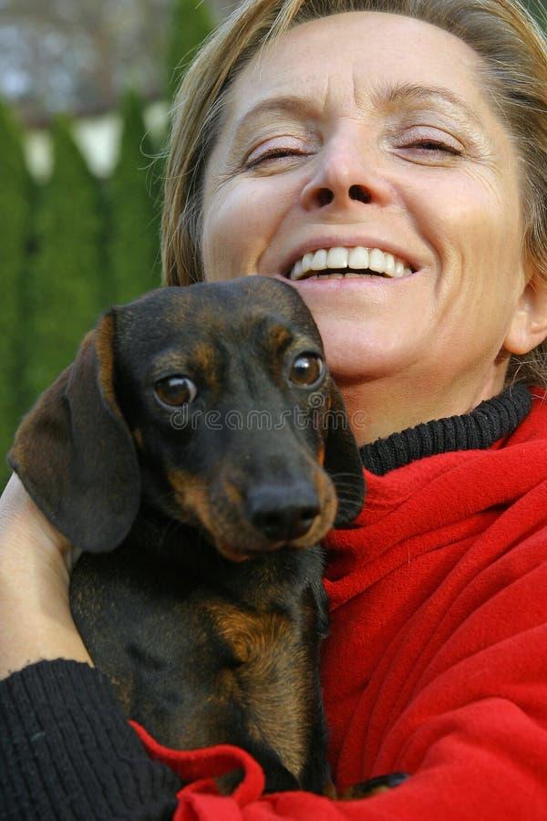 Frau in ihren Fünfziger Jahren mit einem Hund lizenzfreie stockfotografie