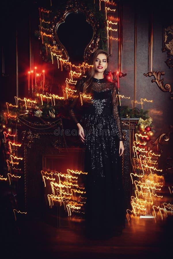 Frau im Abendkleid stockfotografie