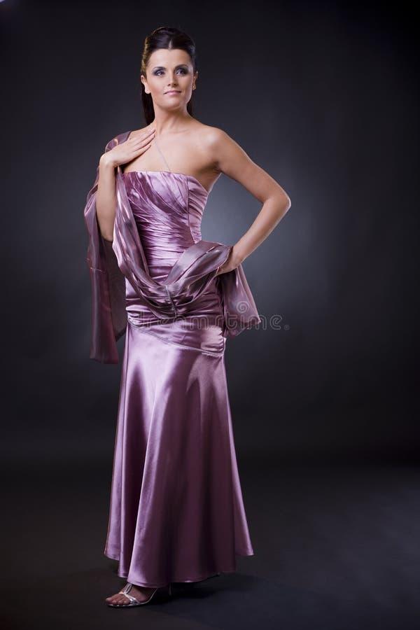 Frau im Abendkleid mit Stola stockfotos