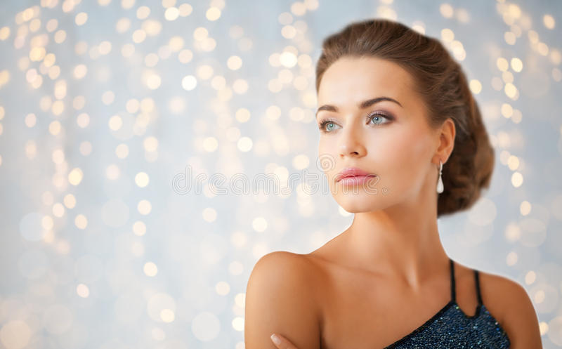 Frau im Abendkleid und im Diamantohrring stockbild