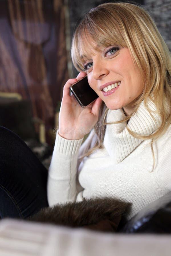Frau im angenehmen Pullover lizenzfreie stockbilder