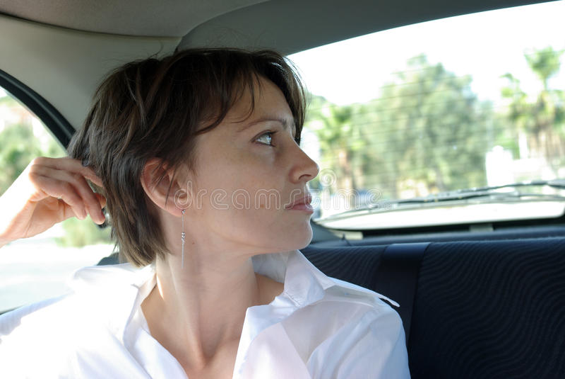 Frau im Auto lizenzfreie stockbilder