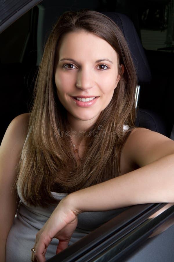 Frau im Auto lizenzfreie stockfotos