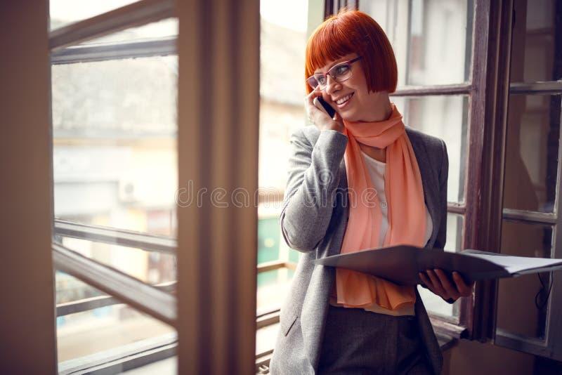 Frau im Büro, das Sitzungen im Büro vereinbart lizenzfreies stockbild