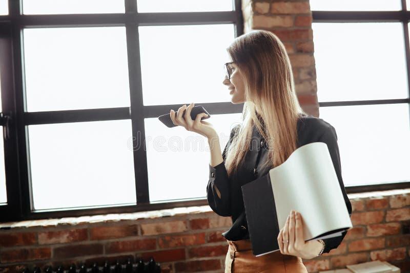 Frau im B?ro lizenzfreies stockfoto