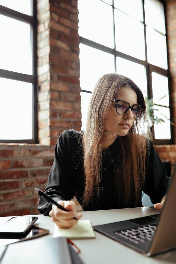 Frau im B?ro lizenzfreie stockfotografie