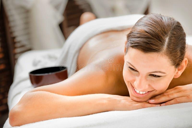Frau im Badekurort stockbild