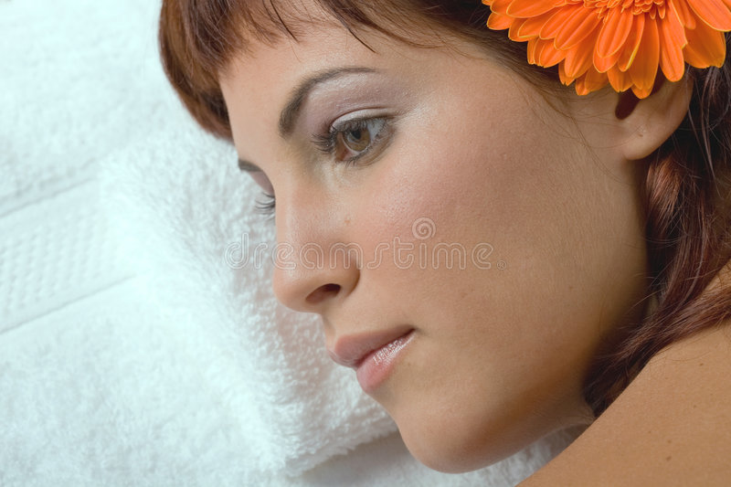 Frau im Badekurort stockbilder