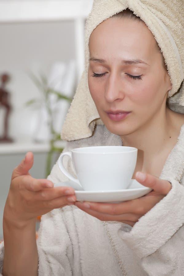Frau im Bademantel mit Cup stockfotografie