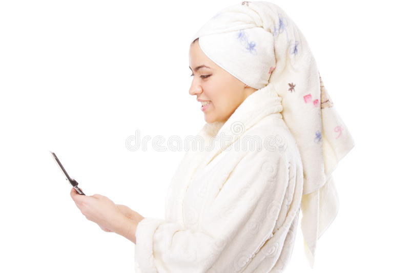 Frau im Bademantel mit Telefon sideview