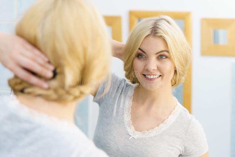 Frau im Badezimmer, das Haar anredet stockfotografie