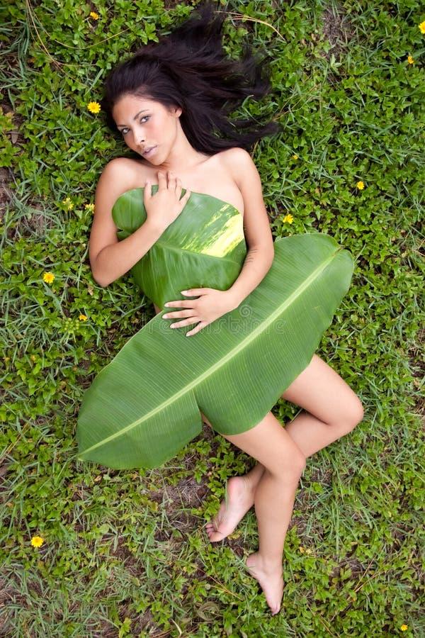 Frau im Bananenblatt lizenzfreies stockbild