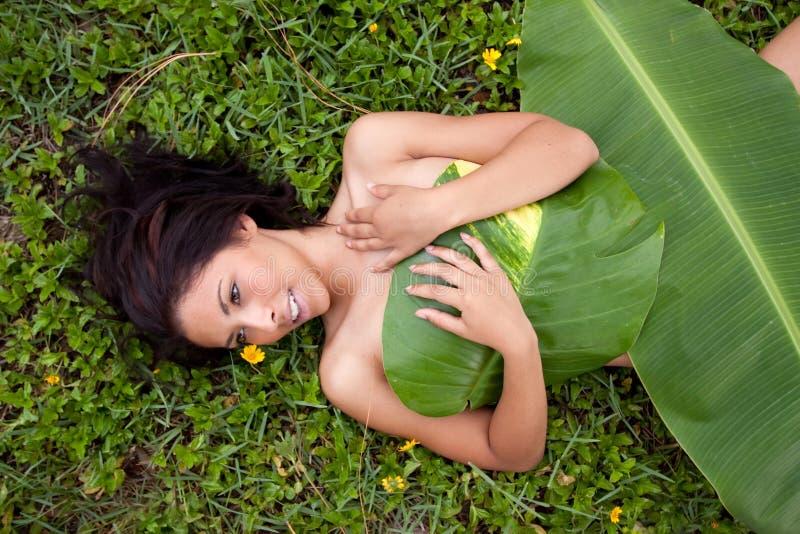 Frau im Bananenblatt stockfotografie
