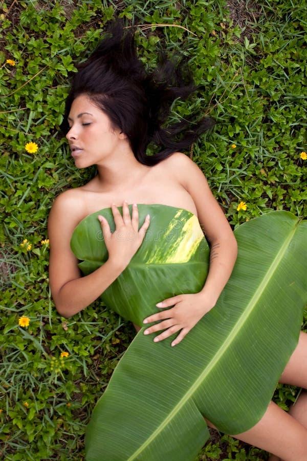 Frau im Bananenblatt stockfotos