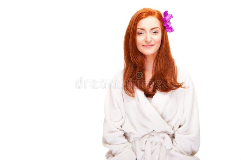 Frau im batrobe mit Blume im Haar stockbilder