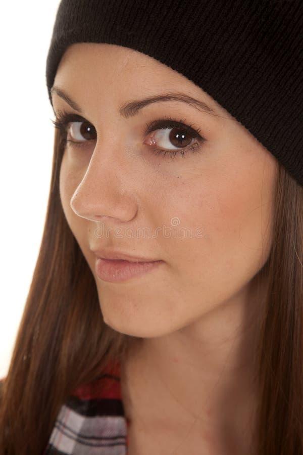 Frau im Beanie- und Hemdsnahen Seitenschauen lizenzfreies stockbild