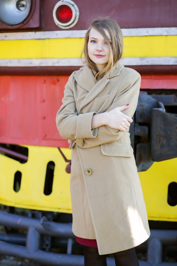 Frau im beige Mantel am kalten Tag stockbild