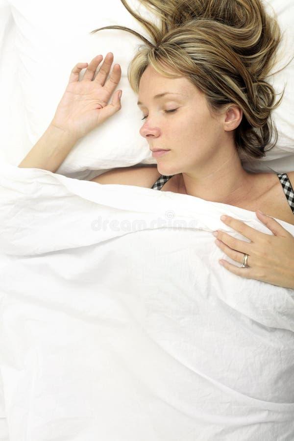 Frau im Bett lizenzfreies stockfoto