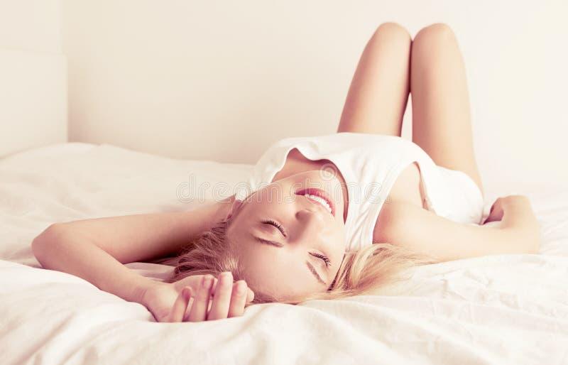 Download Frau im Bett stockbild. Bild von haupt, bett, leute, frau - 26371759