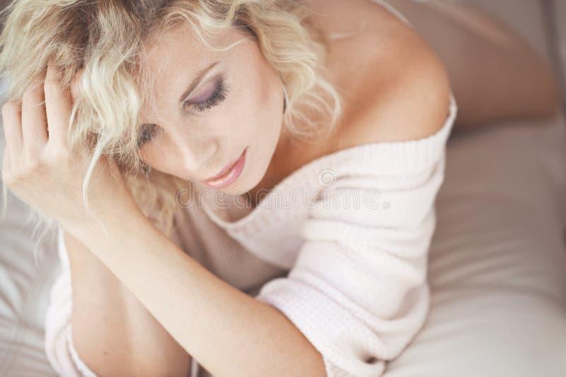 Frau im Bett stockbilder