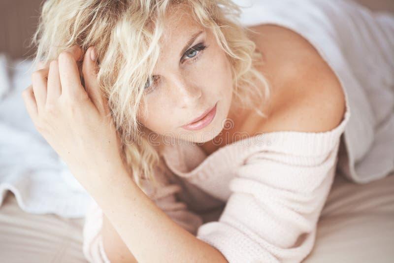 Frau im Bett lizenzfreie stockbilder