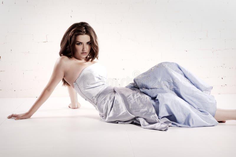 Frau im bezaubernden Kleid stockfoto