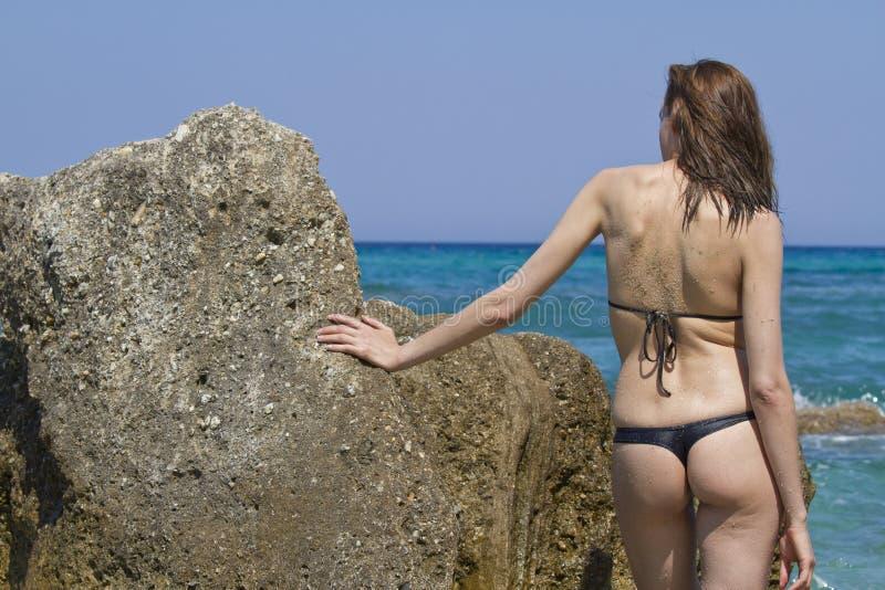 Frau im Bikini auf dem Strand stockfotos