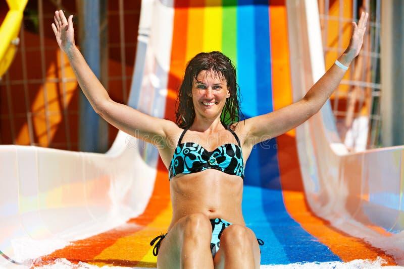 Frau im Bikini, der Wasserpark schiebt lizenzfreies stockfoto