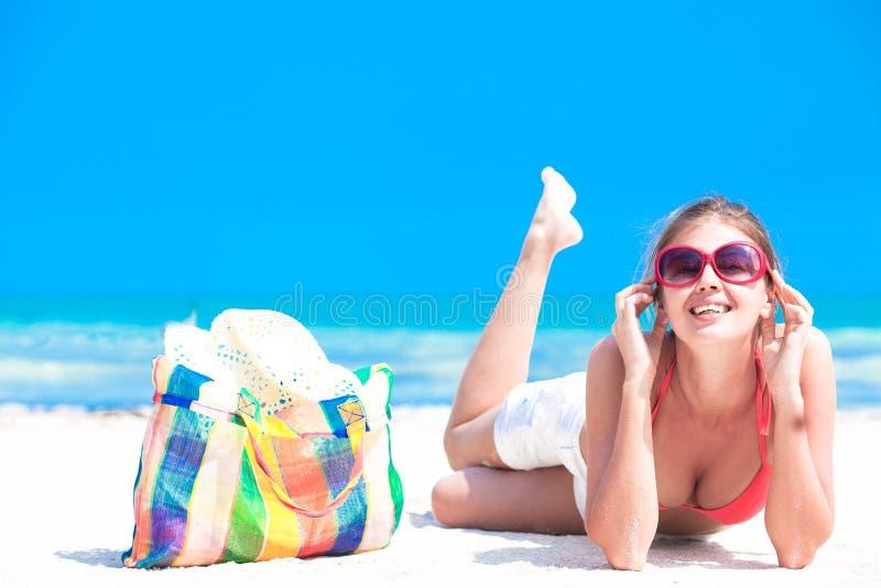 Frau im Bikini mit Strandtasche sie genießend lizenzfreies stockfoto