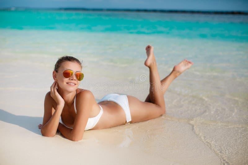 Frau im Bikini am tropischen Strand lizenzfreie stockfotos