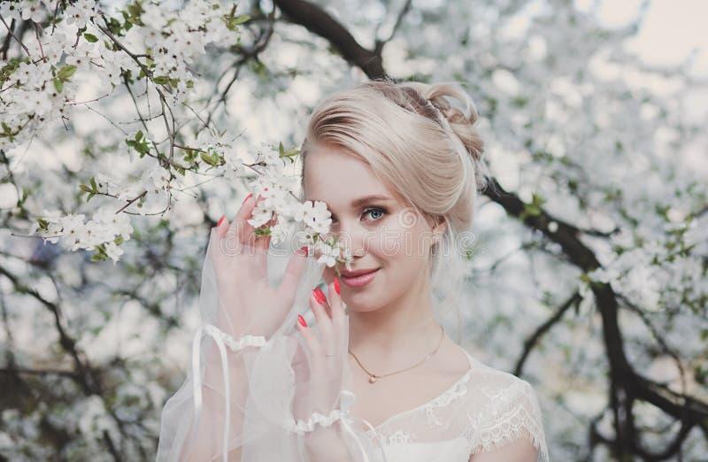 Frau im blühenden Garten lizenzfreie stockfotos