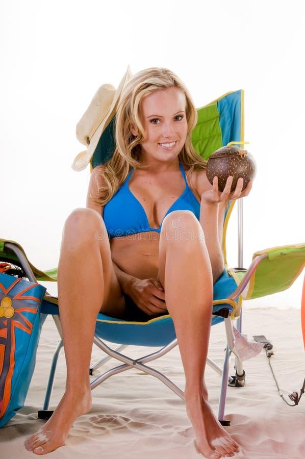 Frau im blauen Bikini auf Strand stockfotografie