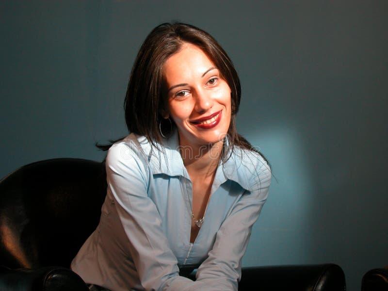 Frau im blauen Hemd, lächelndes NO3 stockbild