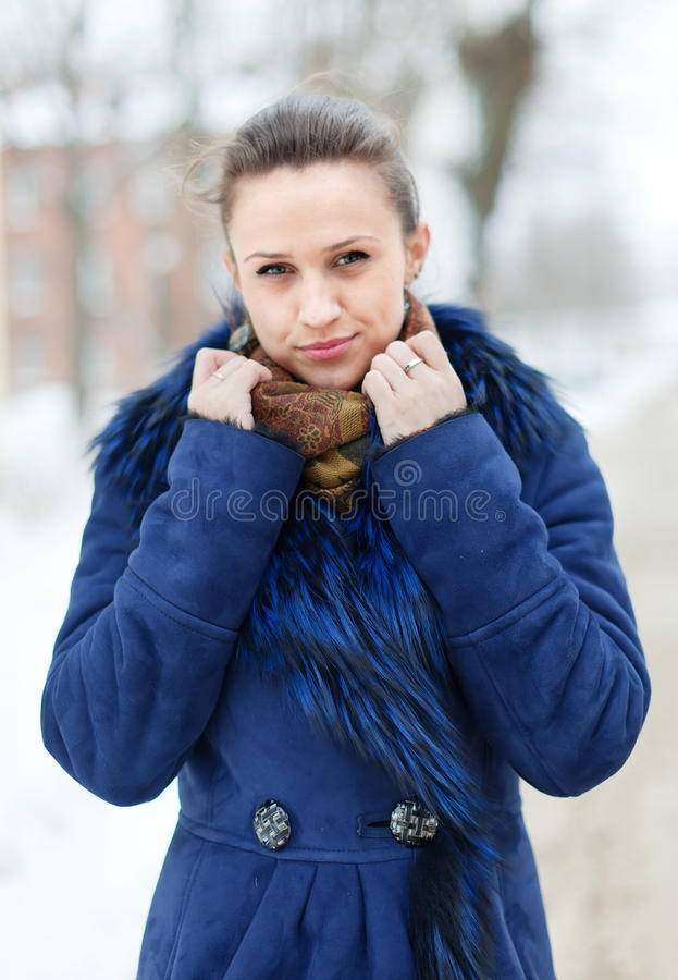 Frau im blauen Mantel an der winterlichen Stadtstraße stockbilder