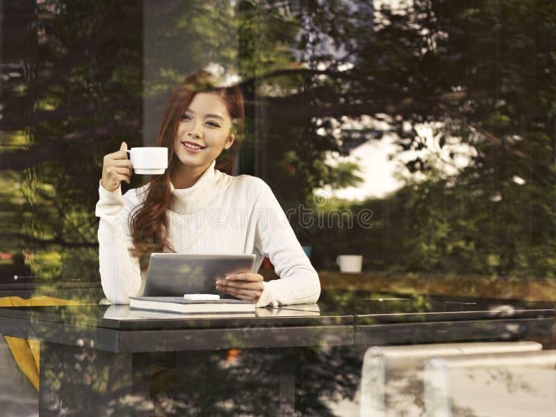 Frau im Café lizenzfreie stockfotos