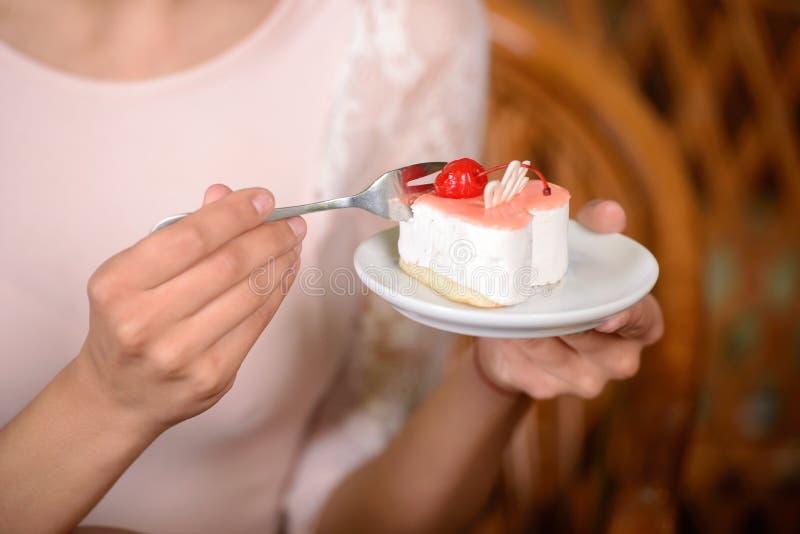 Frau im Café lizenzfreies stockbild