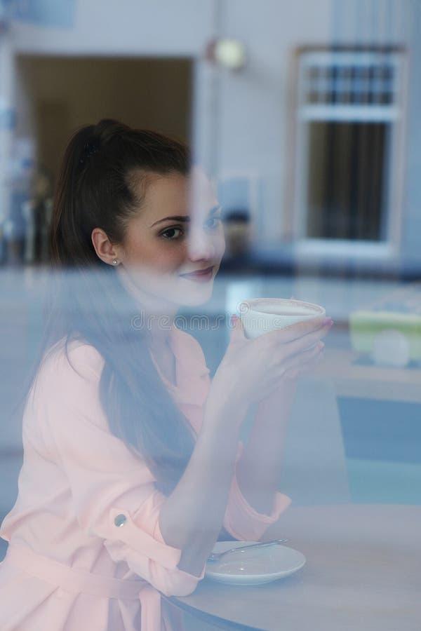 Frau im Café stockfotografie