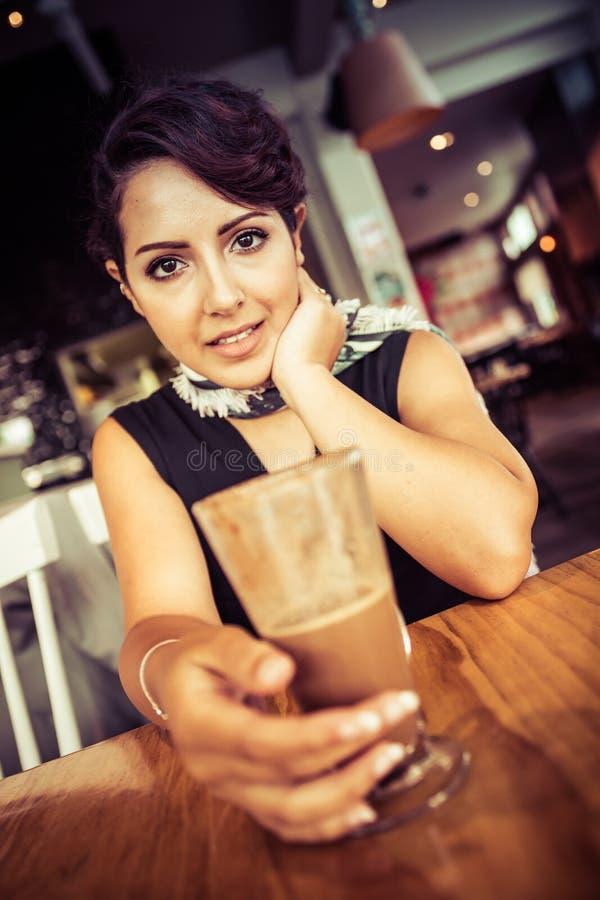 Frau im Café lizenzfreies stockfoto