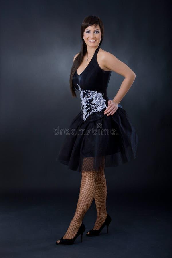 Frau im Cocktailkleid lizenzfreies stockfoto