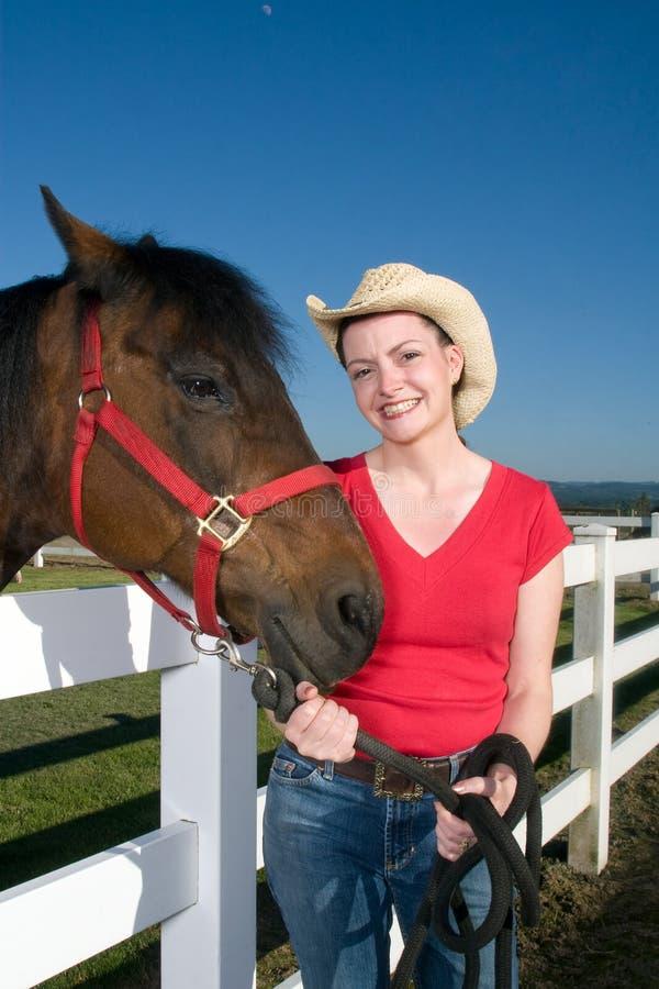 Frau im Cowboyhut mit Pferd - Vertikale stockbild