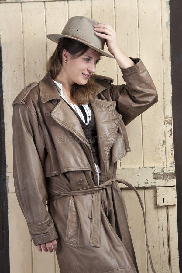 Frau im Cowboymantel und -hut lizenzfreies stockbild