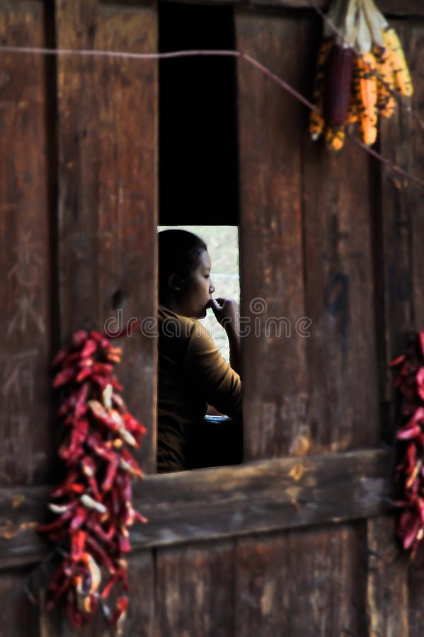 Frau im Dorf von Bingzhongluo, Yunnan, China stockfoto