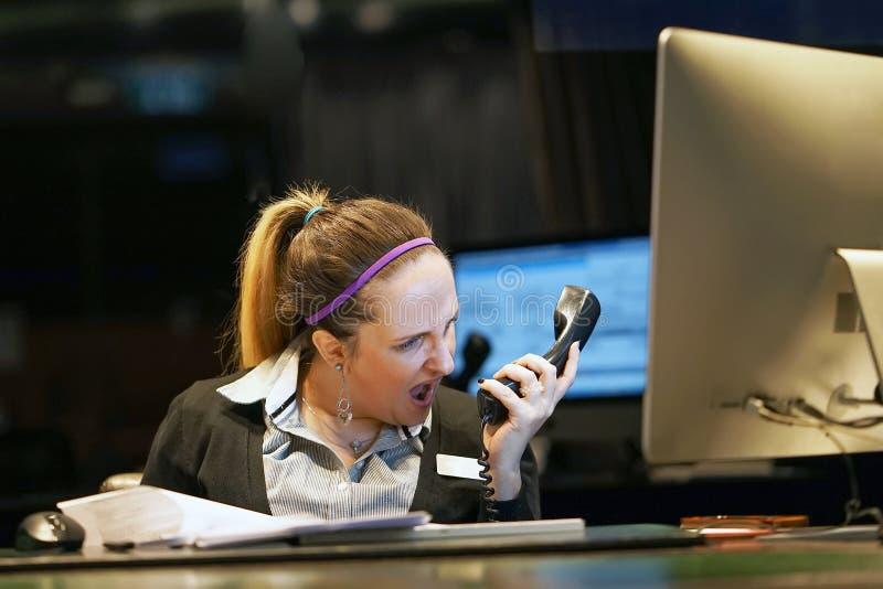 Frau im Druck vor Computer lizenzfreies stockbild