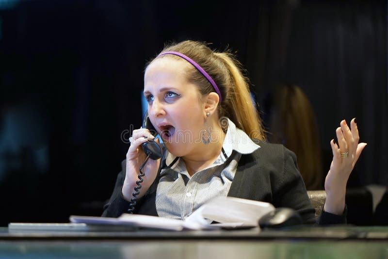 Frau im Druck vor Computer lizenzfreies stockfoto