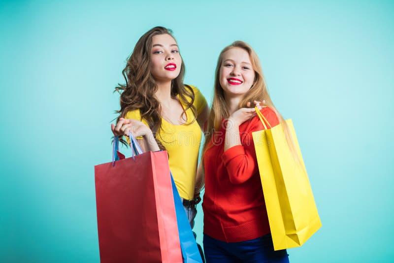 Frau im Einkaufen Glückliche Frau mit Einkaufstaschen genießend im Einkaufen lizenzfreie stockfotografie